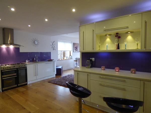 interiorismo de cocina con detalles en morado para significadod e los colores en decoración